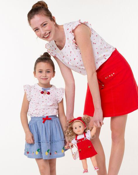 Une mère et sa fille qui tiennent une poupée