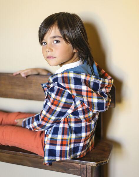 petit garçon qui porte une surchemise à carreaux